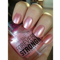Produktbild zu Maybelline New York Forever Strong Professional Nagellack – Farbe: 01 Tornado Rose