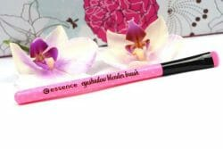 Produktbild zu essence make me pretty blender brush – 01 keep cool & brush on (LE)