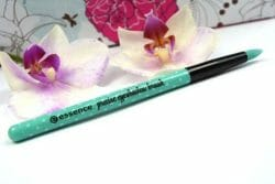 Produktbild zu essence make me pretty precise eyeshadow brush – 01 eye to eye (LE)