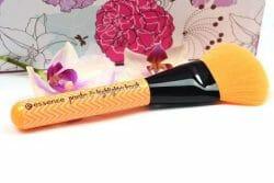 Produktbild zu essence make me pretty powder & highlighter brush – 01 powder to the people (LE)