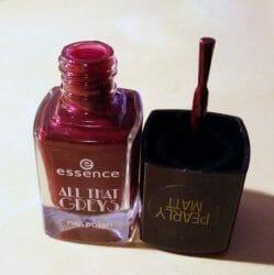 Produktbild zu essence all that greys nail polish – Farbe: 05 roaring red (LE)
