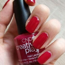 Produktbild zu CND CREATIVE PLAY Nail Lacquer – Farbe: Berry Busy