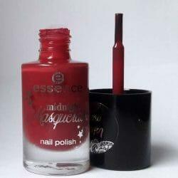 Produktbild zu essence midnight masquerade nail polish – Farbe: 03 a vampire kissed my neck (LE)