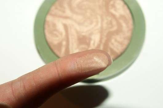 alverde Marmorierter Duo Bronzer, Farbe: 01 Soft Bronze - Swatch auf dem Finger