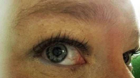 Max Factor False Lash Epic Mascara, Farbe: Black - Mascara auf geöffneten Augen
