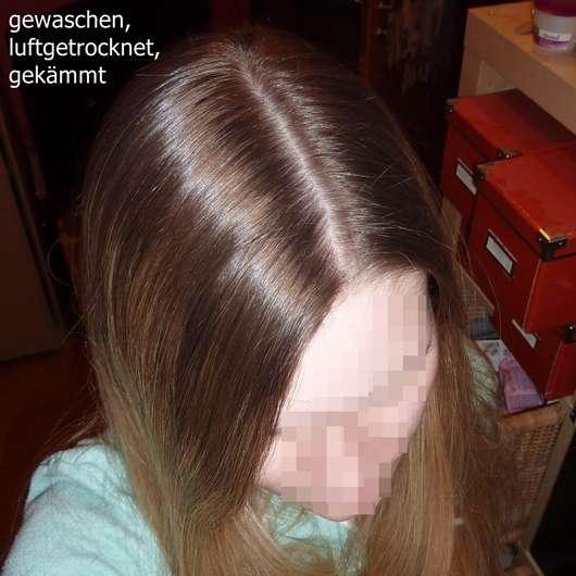 mit dem Dove Volumen & Leichtigkeit Shampoo gewaschene, luftgetrocknete, gekämmte Haare