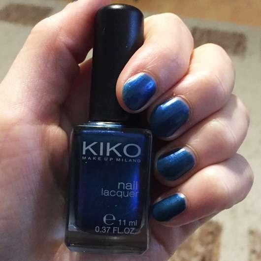 KIKO Nail Lacquer, Farbe: 520 Gentian Blue Metallic Flasche in der Hand