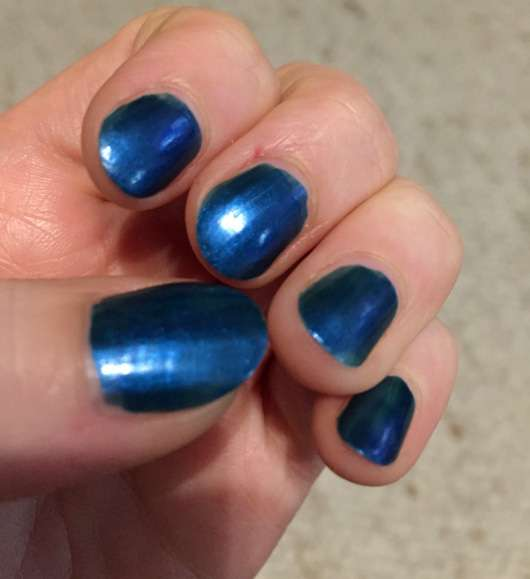 KIKO Nail Lacquer, Farbe: 520 Gentian Blue Metallic auf den Nägeln