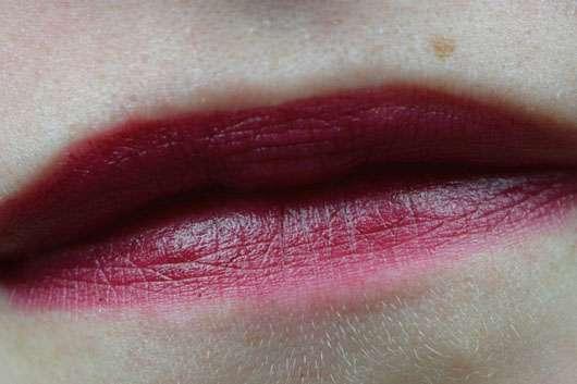 essence we are... fabulous velvet matt lipstick, Farbe: 03 P.S. we love berry (LE) auf den Lippen