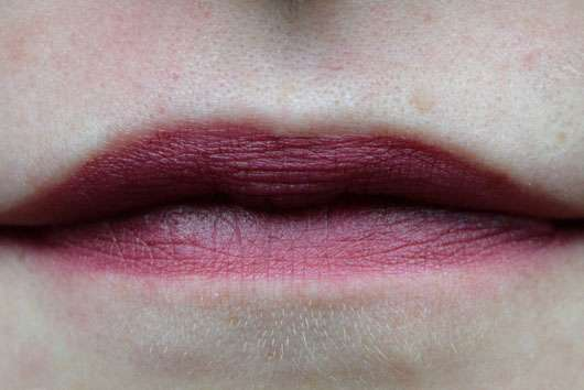 essence we are... flawless contouring lipliner, Farbe: 03 P.S. we love berry (LE) auf den Lippen