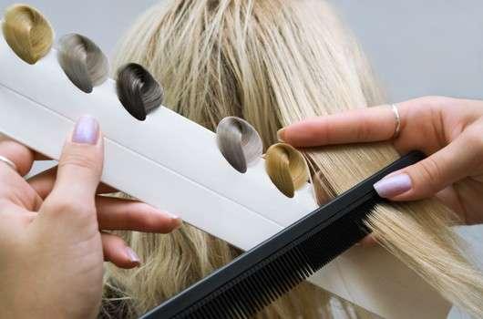 Friseur sucht anhand von Swatches Haarfarbe raus