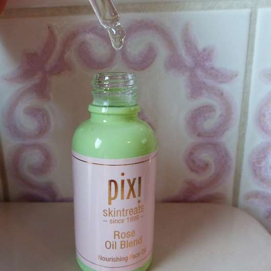 geöffnete Verpackung des PIXI Rose Oil Blend Nourishing Face Oil