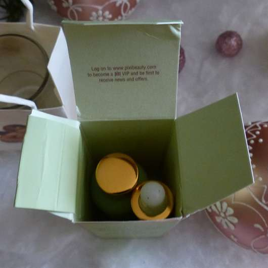 geöffnete Umverpackung des PIXI Rose Oil Blend Nourishing Face Oil von oben