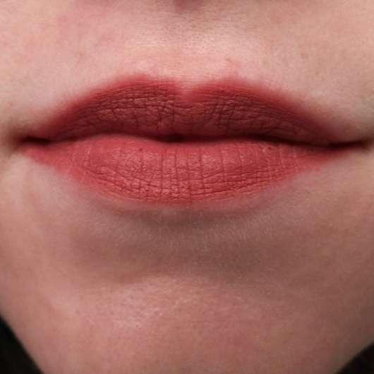 Catrice Matt 6hr Lip Artist in der Farbe 010 Bare Nude's Soul auf den Lippen
