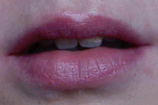 eos Smooth Spheres Organic Lip Balm, Sorte: Blueberry Acai auf den Lippen