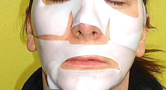 KONIVÉO Second Skin Face Mask LUXURY LIFT+ auf dem Gesicht