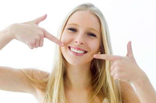 Ein strahlend weißes Lächeln durch Bleaching