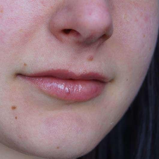 benecos Natural Lipgloss - Farbe: Flamingo auf den Lippen
