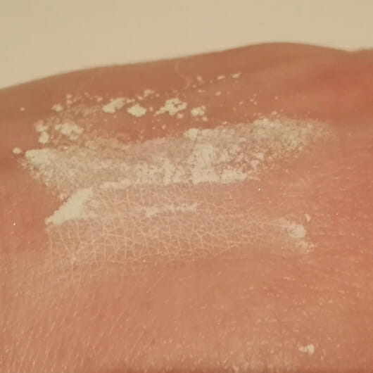 Farbe vom essence little beauty angels colour correcting anti-redness loose setting powder (LE)