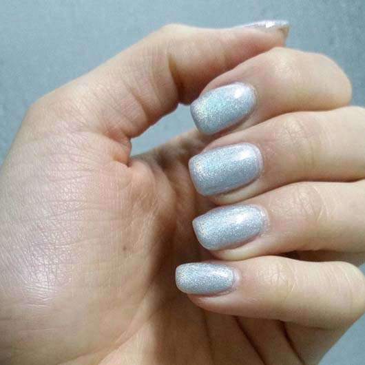 essence out of space stories nail polish - Farbe: 06 we will spock you! auf den Fingernägeln