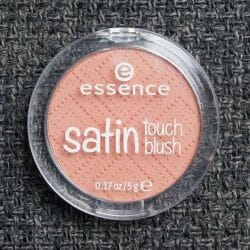 Produktbild zu essence satin touch blush – Farbe: 010 satin coral