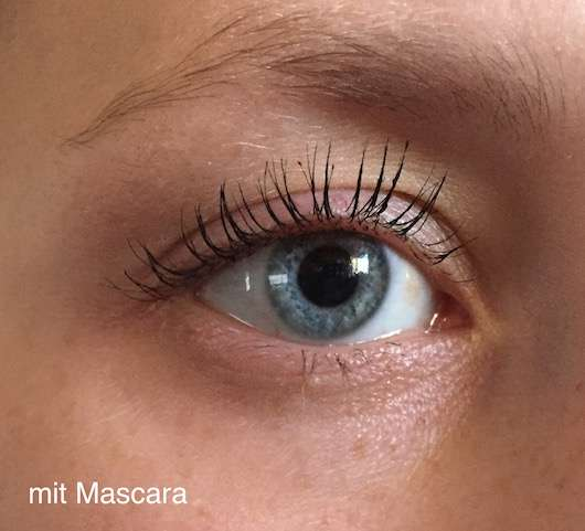 Wimpern mit der lavera Butterfly Effect Mascara, Farbe: Beautiful Black