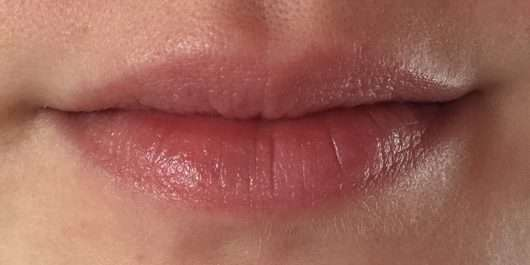 Lippen mit eos Smooth Spheres Organic Lip Balm, Sorte: Fresh Grapefruit