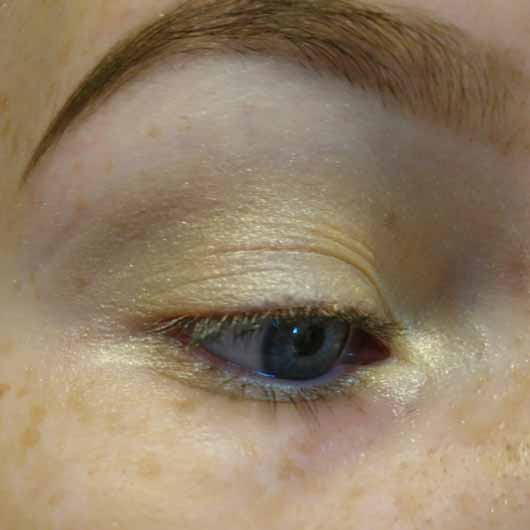 essence live. laugh. celebrate! eyeshadow, Farbe: 07 the sun is shining (LE) auf dem Lid