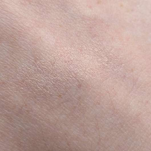 Swatch vom essence live. laugh. celebrate! highlighter powder, Farbe: 01 my special highlight (LE)