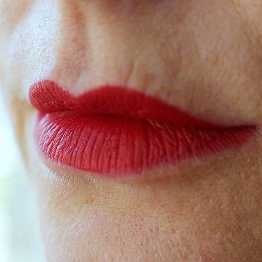 p2 full matte lipstick, Farbe: 010 spread knowledge auf den Lippen