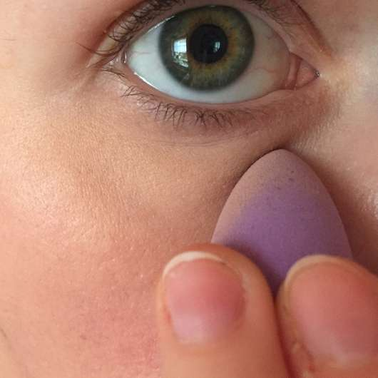 Anwendung des PARSA BEAUTY Profi Concealer Eis am Auge