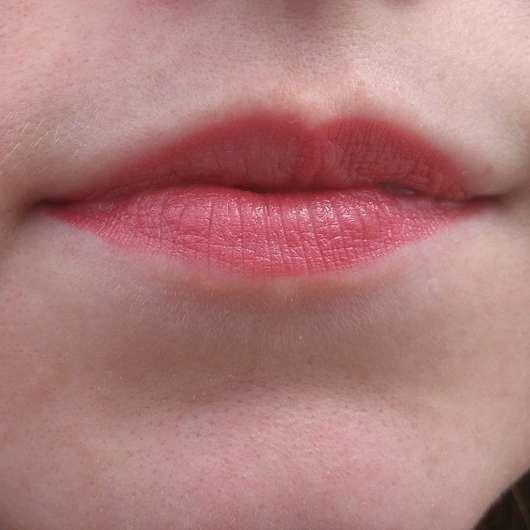 alverde Color & Care Lippenstift, Farbe: 08 Cherry auf den Lippen