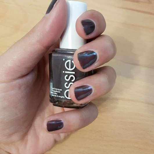 essie Nagellack, Farbe: 75 smokin hot Flasche und Nägel