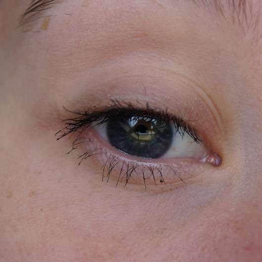 Wimpern mit der alverde 12 hours long stay mascara, Farbe: 010 schwarz