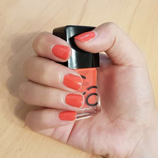 Catrice ICONails Gel Lacquer, Farbe: 06 Nails On Fire Flasche und Nägel