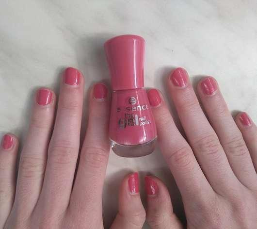 essence the gel nail polish, Farbe: 77 dreaming of love? Flasche und Nägel
