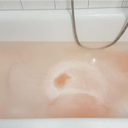 Badewasser mit aufgelöstem Badeherz des ISANA Sprudelbades Deine Verführung