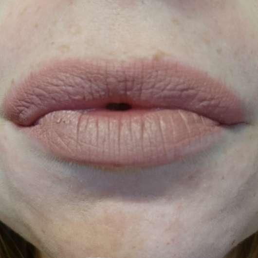 Lippen mit p2 full matte lipstick, Farbe: 30 kiss my words