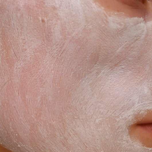 Schaebens Erdbeer Peeling Maske auf dem Gesicht aufgetragen