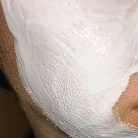 Gesicht mit frisch aufgetragener Balea Soft & Clear Anti-Pickel Wärme Maske