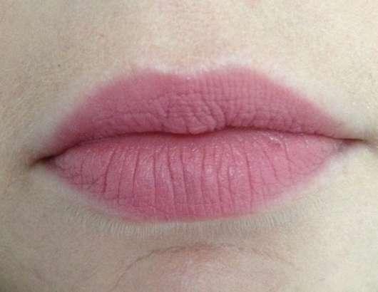 p2 full matte lipstick, Farbe 050 require more Tragebild
