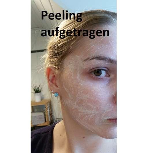 PIXI Peel & Polish Gesichtspeeling auf dem Gesicht aufgetragen