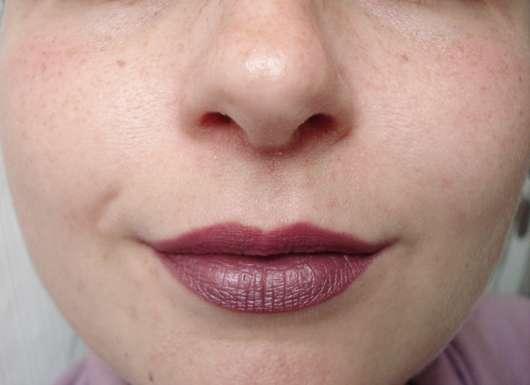 Sleek MakeUP Matte Me Metallic, Farbe: 1042 Rusted Rose Als Topper: oben purer Lippenstift, unten mit Lip Cream getoppt