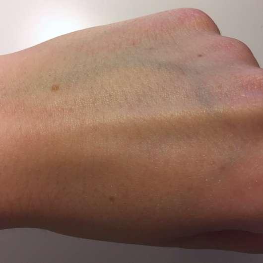 eingecremte Hände mit der Yves Rocher Weiße Vanille Handcreme (LE)