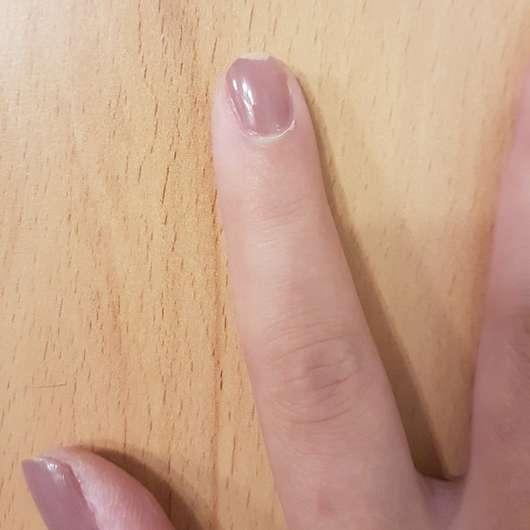 Fingernagel mit FABY Nail Lacquer, Farbe: Super Ego - nach weniger als 24h war eine Ecke ab