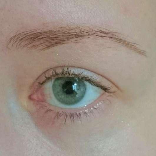 Auge mit alverde Augenbrauengel (vor der Reinigung der Patzer)