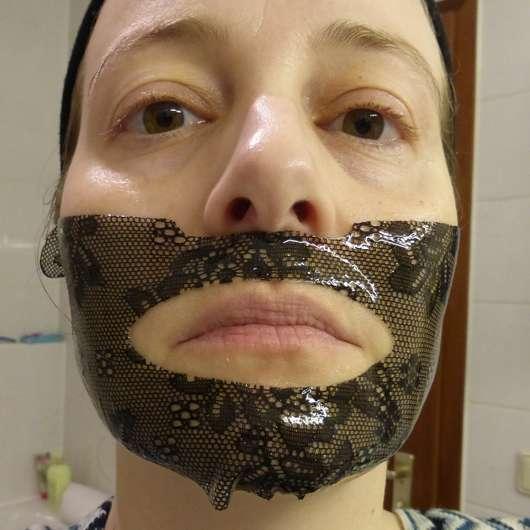 unterer Teil der CHIARA AMBRA Straffende Hydrogel Gesichtsmaske auf dem Gesicht