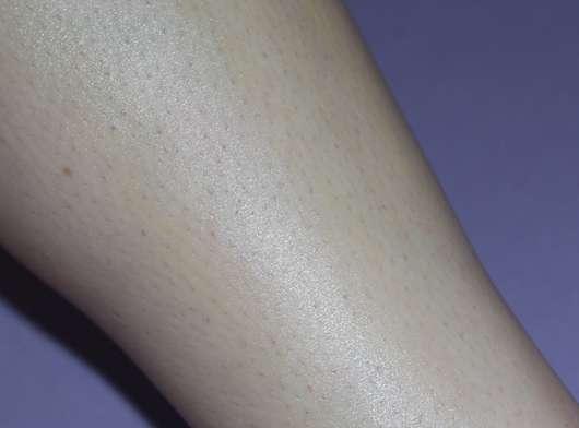 Bein mit aufgetragener CMD Pflegebutter Sandorini Mini (Muschel)