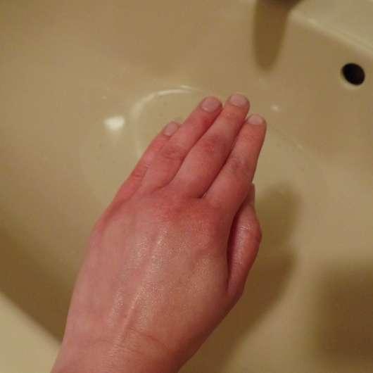 Hand nach dem Bad im Wasser mit Pflegebutter