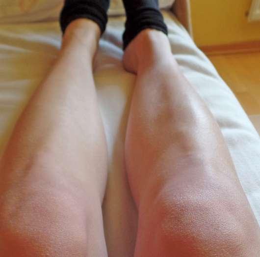 Linkes Bein vor der Anwendung und rechtes Bein nach der Anwendung der CMD Pflegebutter Zitrus